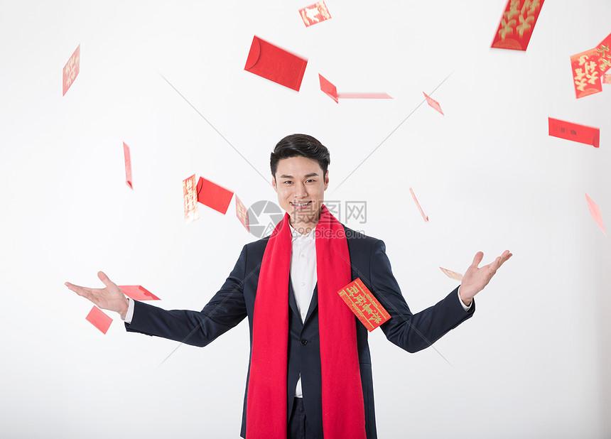 张开双手红包满天飞的新年人像图片