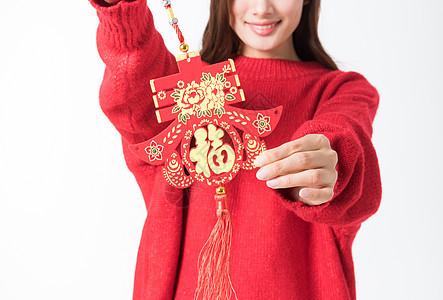 新年女性拿红色中国结图片