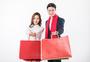 提着购物袋回家过年的夫妻图片