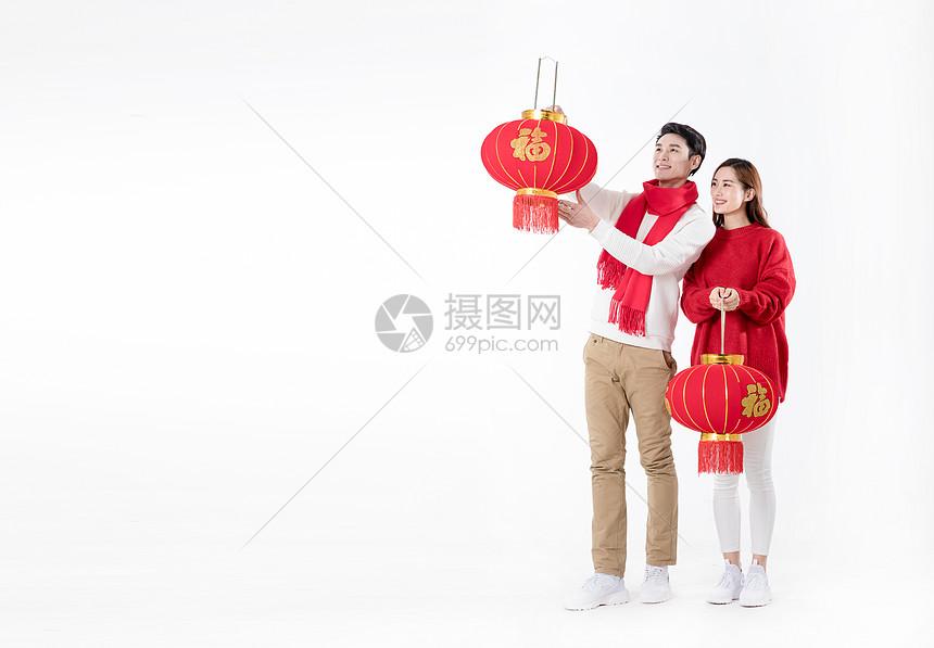 新年情侣手拿红灯笼图片