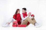 新年情侣手拿礼物盒图片