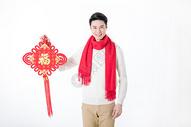 新年男性手拿中国结图片