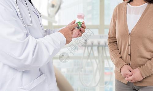 医生向患者讲解如何吃药图片