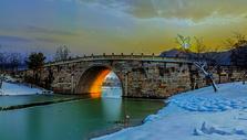 霞光照射单孔石桥图片