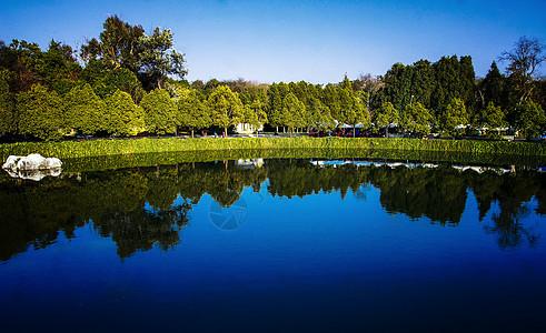 蓝色的石林湖图片