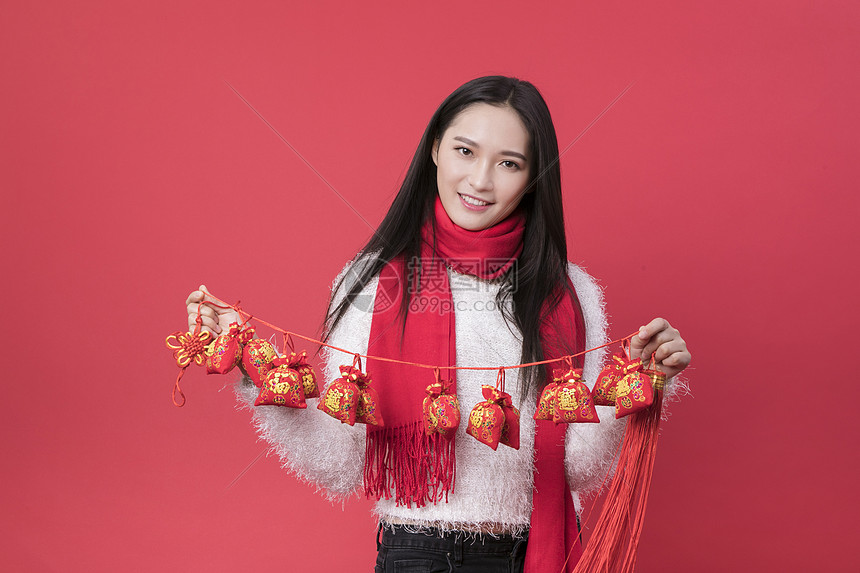 拿着新年装饰的女性新年人像图片
