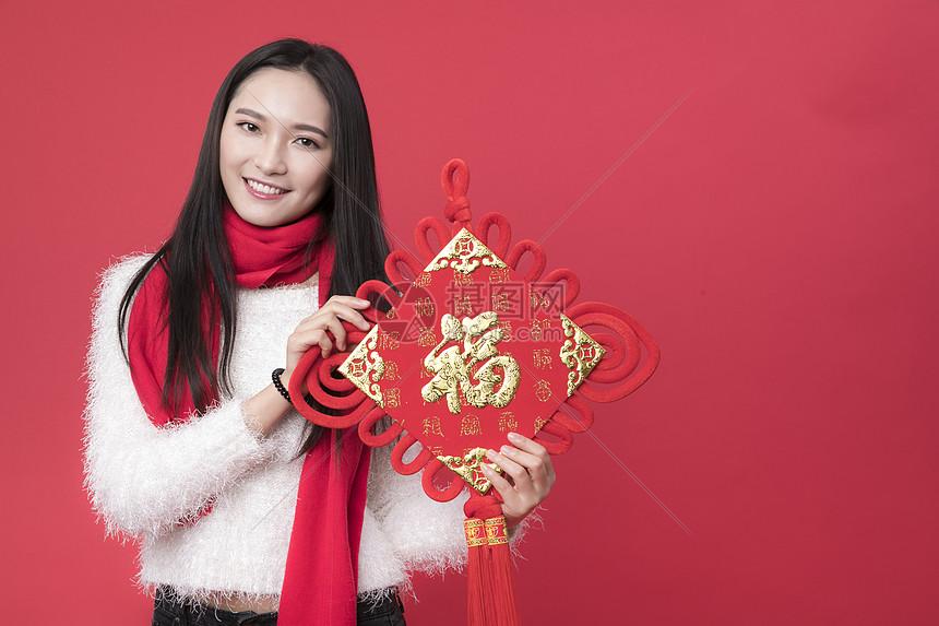 拿着福字的女性新年人像图片