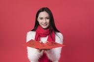 拿着红包的女性新年人像图片