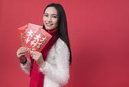 拿着红包的女性新年人像500762753图片