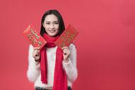 拿着红包的女性新年人像500762755图片