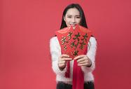 拿着红包的女性新年人像500762756图片
