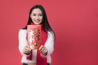 拿着红包的女性新年人像500762761图片