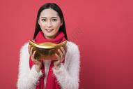 拿着金元宝的女性新年人图片