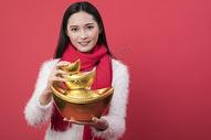 拿着金元宝的女性新年人像图片