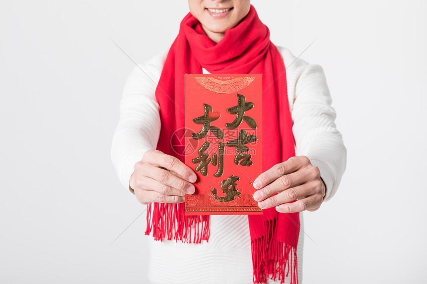 新年男性手拿红包特写图片