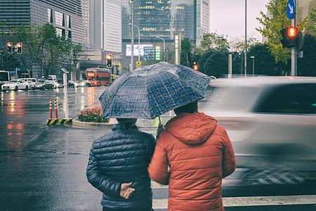 下雨天行色匆匆的图片