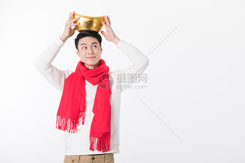 新年人像开心地拿着金元宝图片