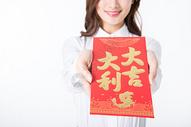新年商务女性手拿红包特写图片
