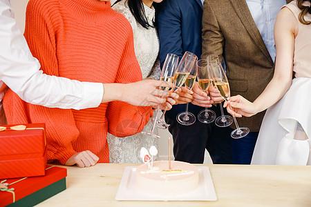 青年生日聚会喝香槟图片