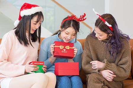 青年圣诞聚会互送礼物图片