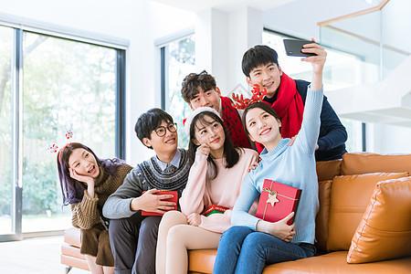 圣诞聚会朋友们在沙发上自拍图片