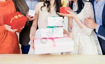 生日聚会礼物盒特写图片