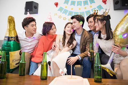 青年生日聚会喝酒狂欢图片