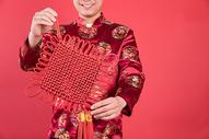 新年男性手拿中国结500767512图片