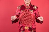 新年男性手拿中国结500767513图片