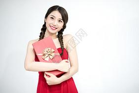 抱着礼盒的年轻女性图片