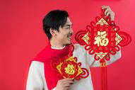男性手拿中国结500768730图片
