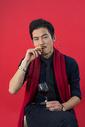 男性手拿红酒抽雪茄图片