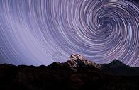 山峰星轨背景图片