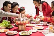 年夜饭团圆饭吃饺子特写图片