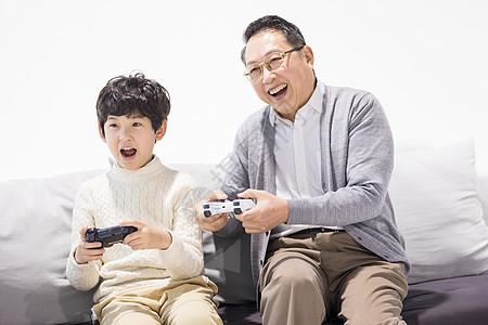 爷爷和孙子一起玩游戏图片