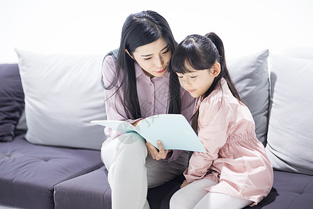 父母陪伴孩子学习图片