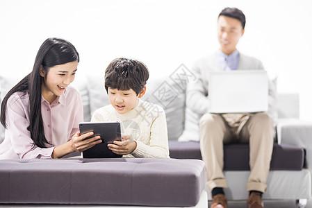 妈妈陪儿子在客厅学习图片