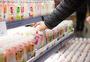 超市内部顾客挑选商品图片