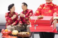 春节晚辈给长辈送礼物图片
