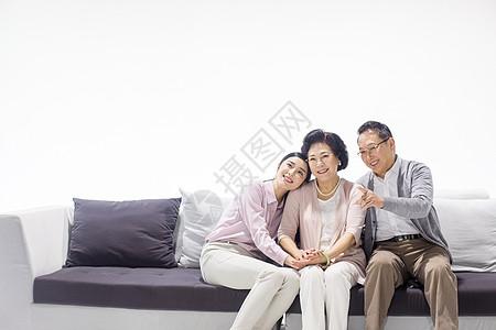 女儿陪伴父母图片