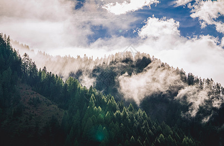 云雾缭绕的山峰图片