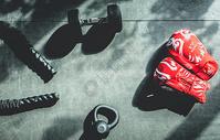 健身拳击手套和哑铃图片