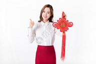 商务新年女性手拿中国结图片