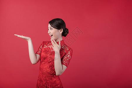 新春旗袍美女手托展示图片