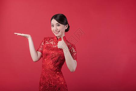 新春旗袍美女举大拇指图片