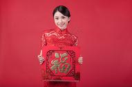 春节穿旗袍的女孩手拿福字500773235图片