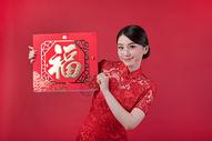 春节穿旗袍的女孩手拿福字500773240图片