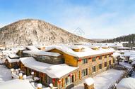雪山下的村庄冬景图图片
