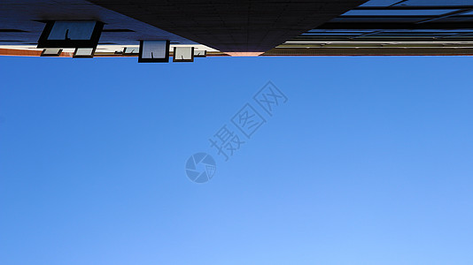 倚墙仰望天空图片