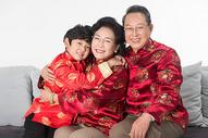 春节孩子给老人拜年拥抱图片
